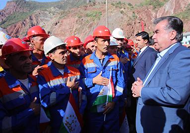 Le Président tadjik échange avec les ouvriers travaillant sur le chantier de Rogun.