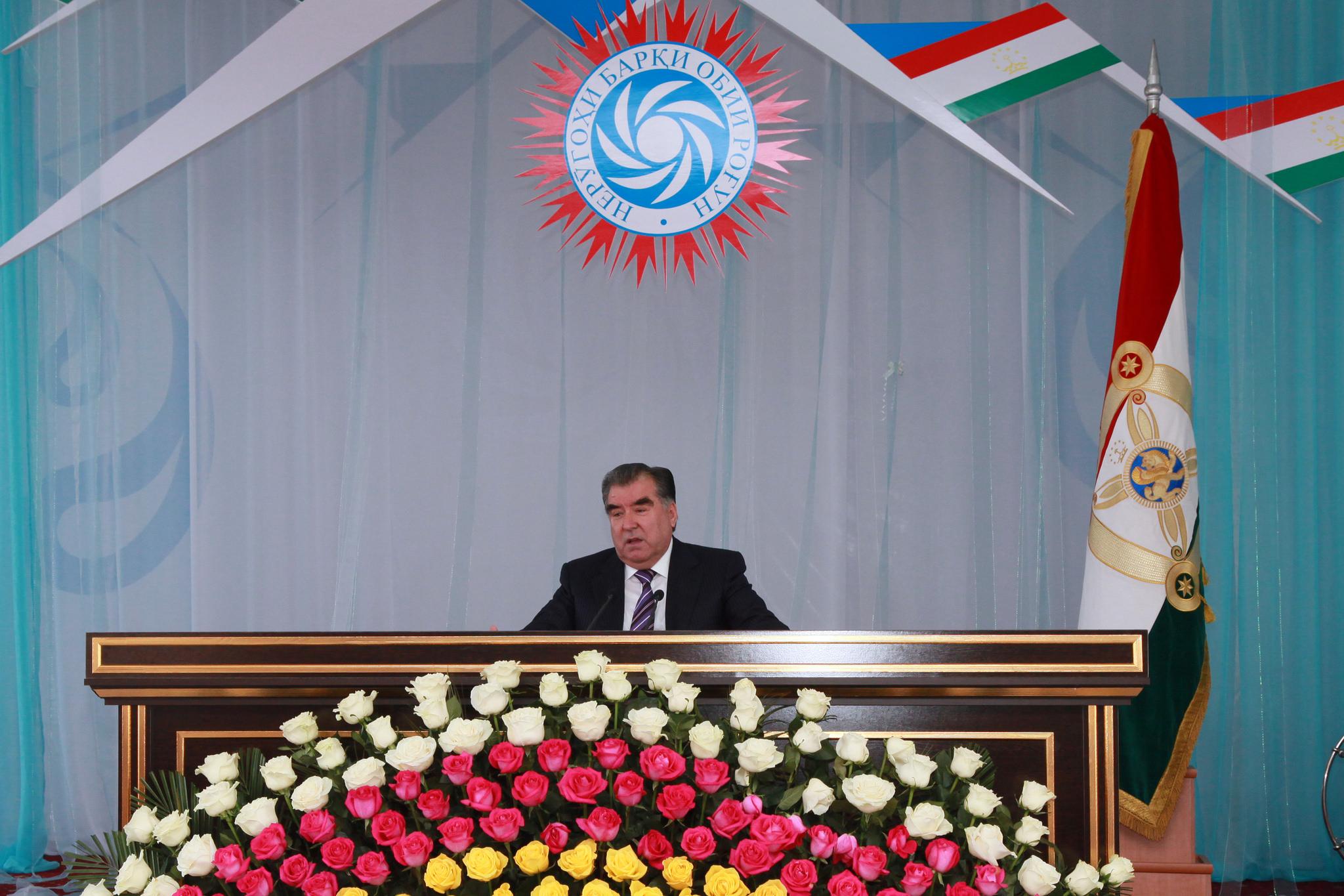 Le Président tadjik s'adresse aux constructeurs et experts du barrage de Rogun.