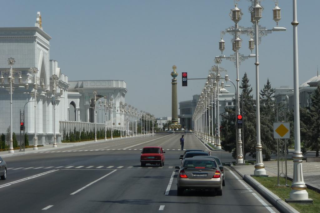 Une avenue centrale d'Achgabat, la capitale turkmène.