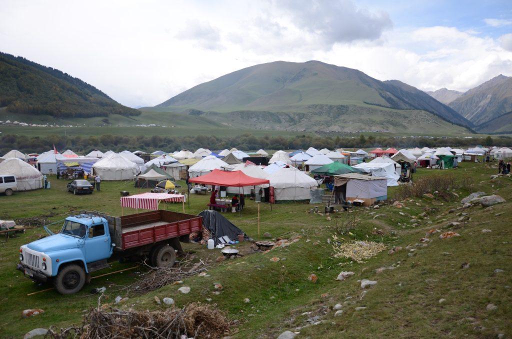 Vue sur l'ethno-village des gorges de Kyrchyn