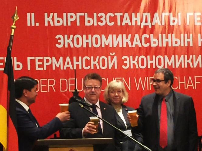 Hans-Joachim Fuchtel, Muchammetkaly Abulgasiev, 1. Vize-Premierminister Kirgistans und Christian Schmid, geschäftsführender Gesellschafter der Schmid Group stoßen auf gute Wirtschaftsbeziehungen zwischen Deutschland und Kirgistan an. (Foto: Charlotte Dietrich)