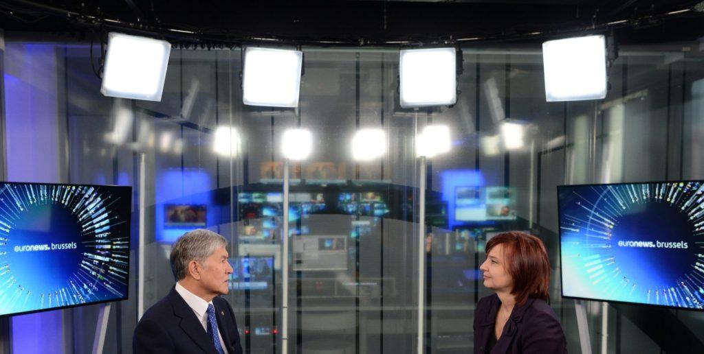 Der kirgisische Präsident Almasbek Atambajew beim Interview mit Euronews