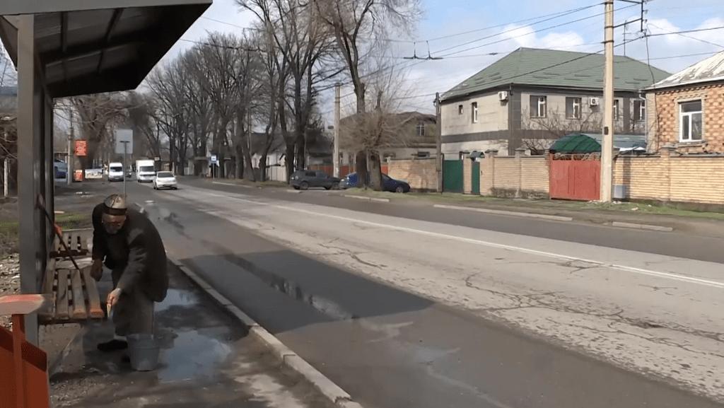Bishkek Bushaltestelle Putzen Freiwillig