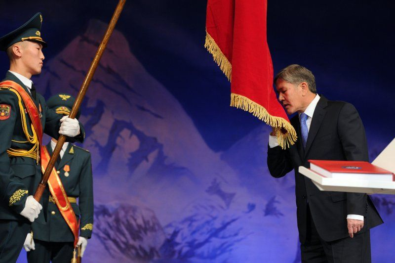 Atambajew Amtseinführung kirgistan Flagge