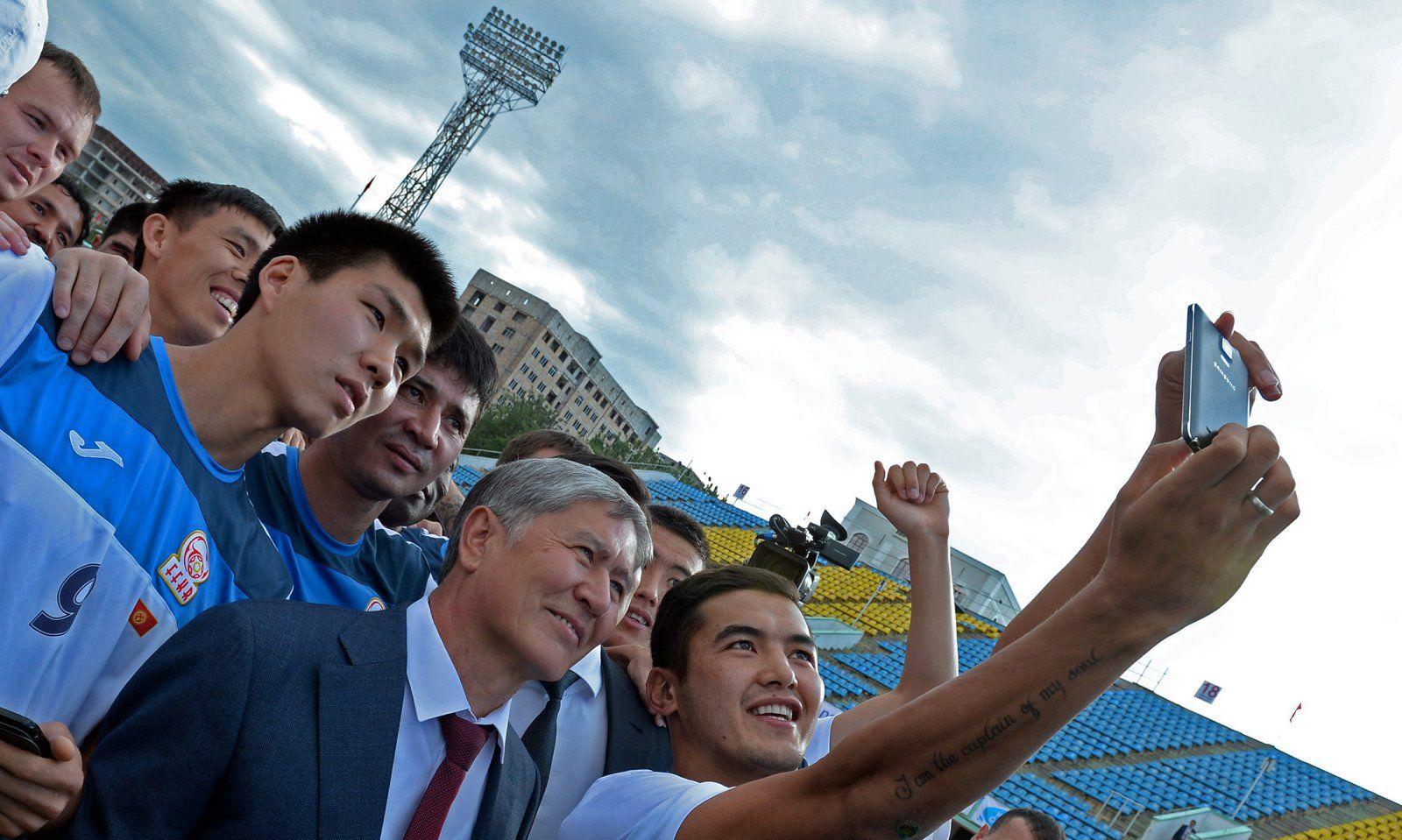Almasbek Atambajew mit der kirgisischen Fußballnationalmannschaft
