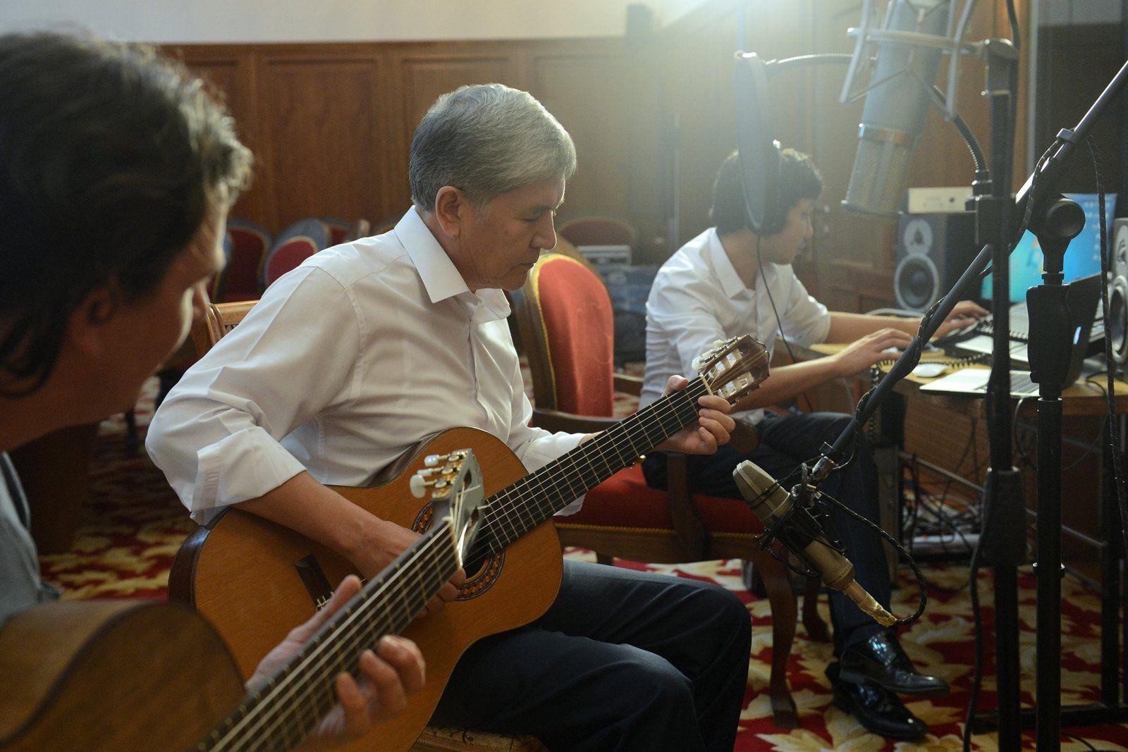 Atambajew im Aufnahmestudio Musik Gitarre