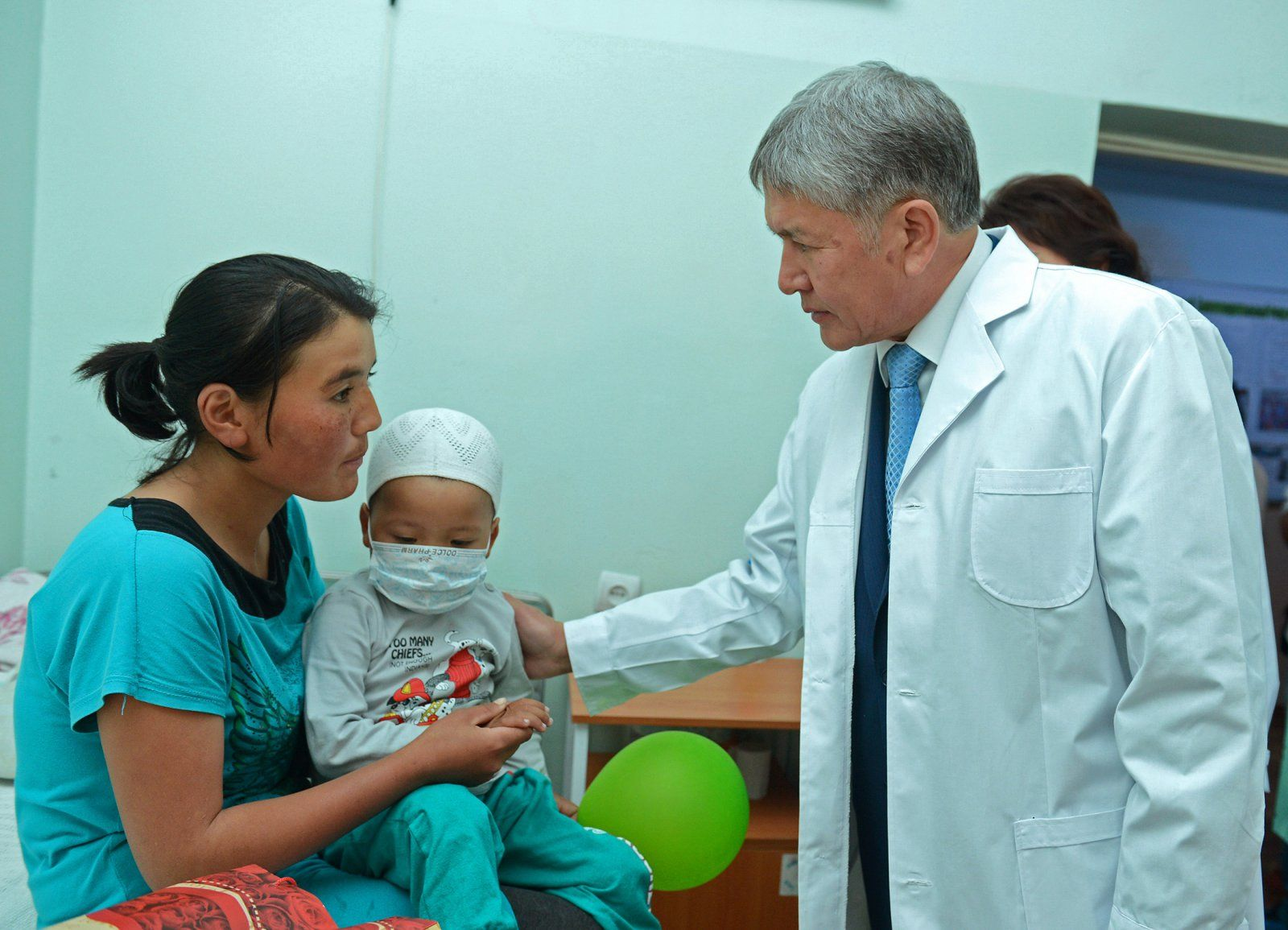 Atambajew beim Besuch des nationalen onkologischen Zentrums