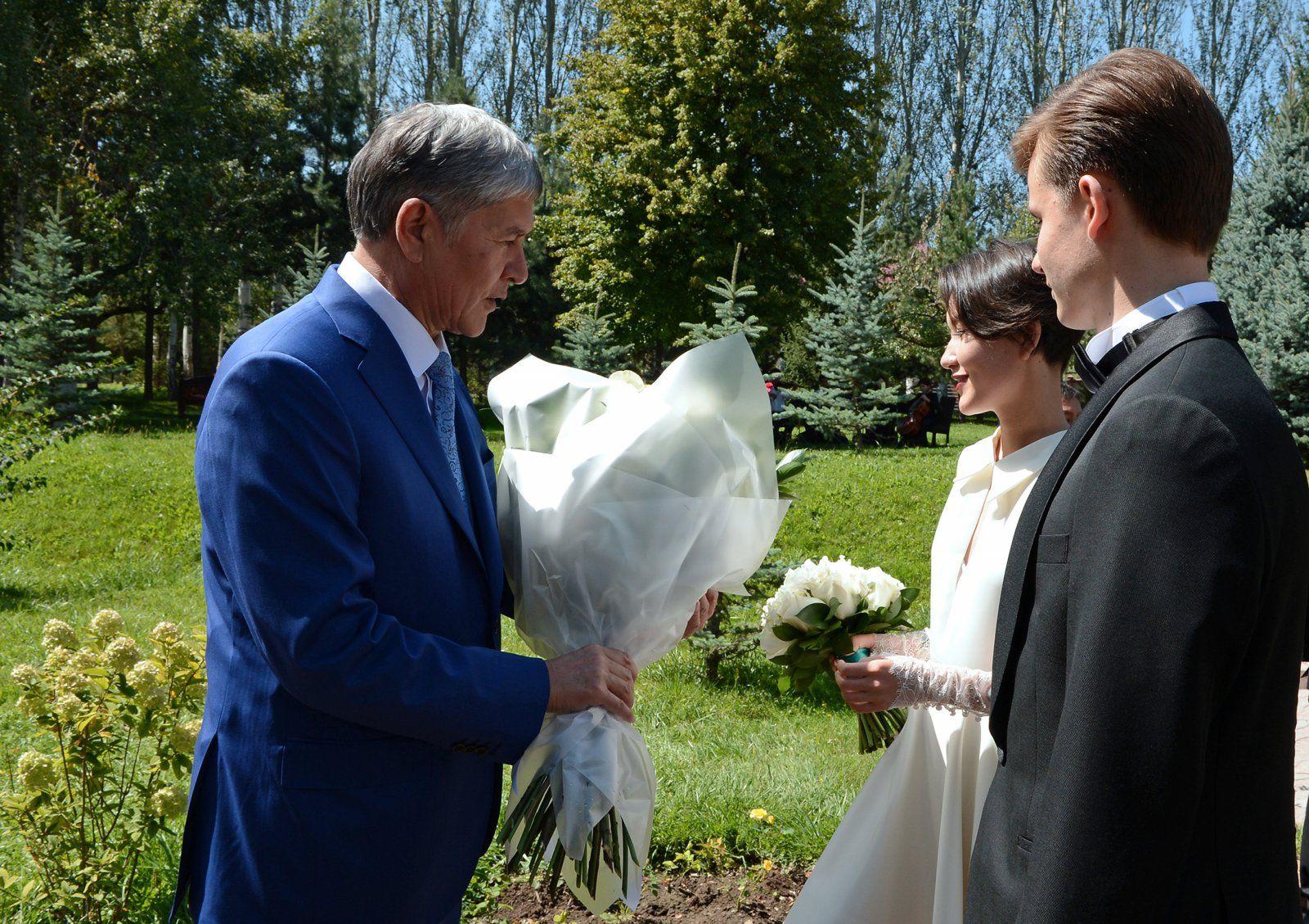 Der Präsident Atambajew bei der Hochzeit seiner Tochter Alija Schagijewa