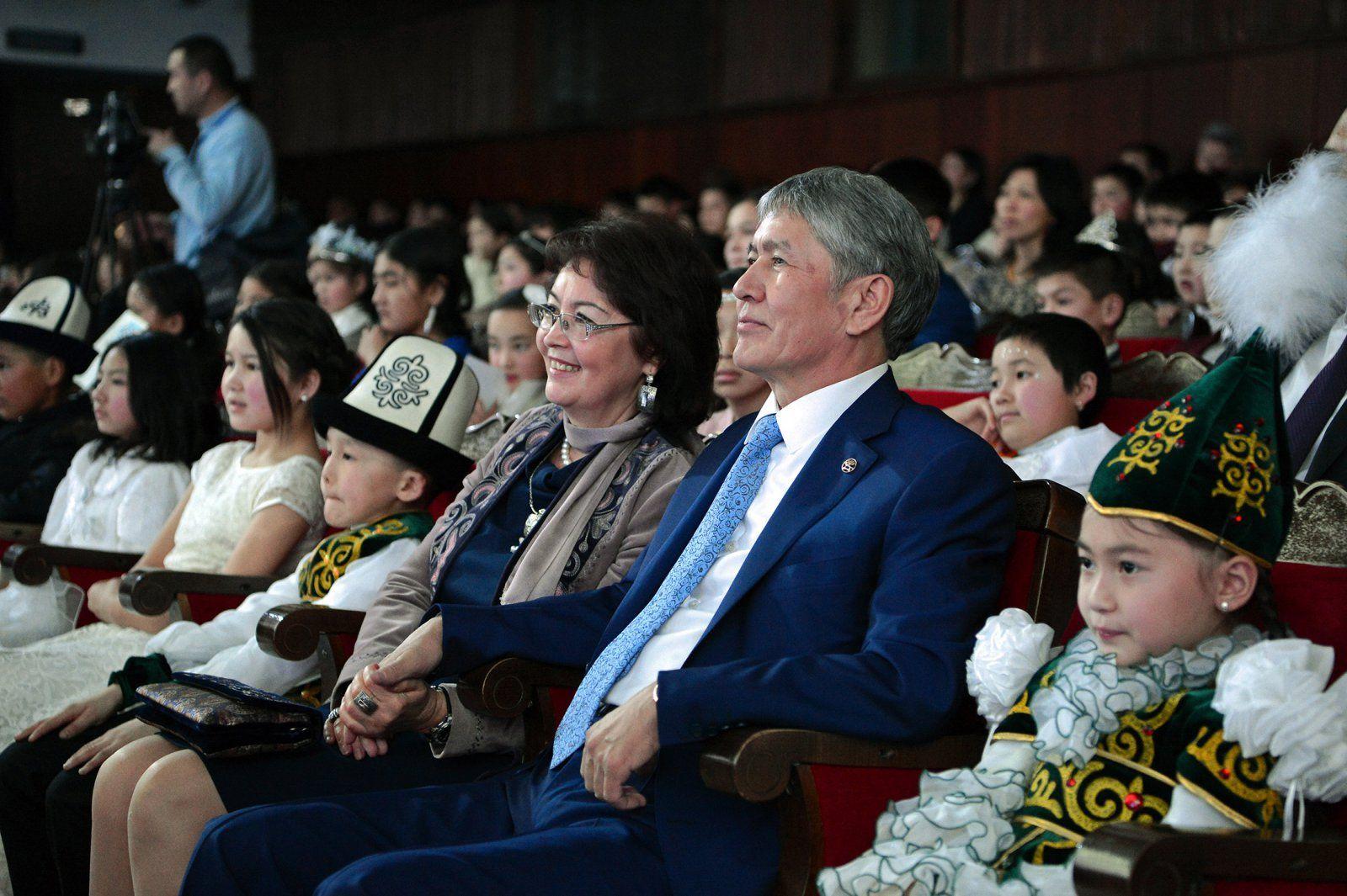 Atambajew mit seiner Frau beim Neujahrstannenbaum für Kinder