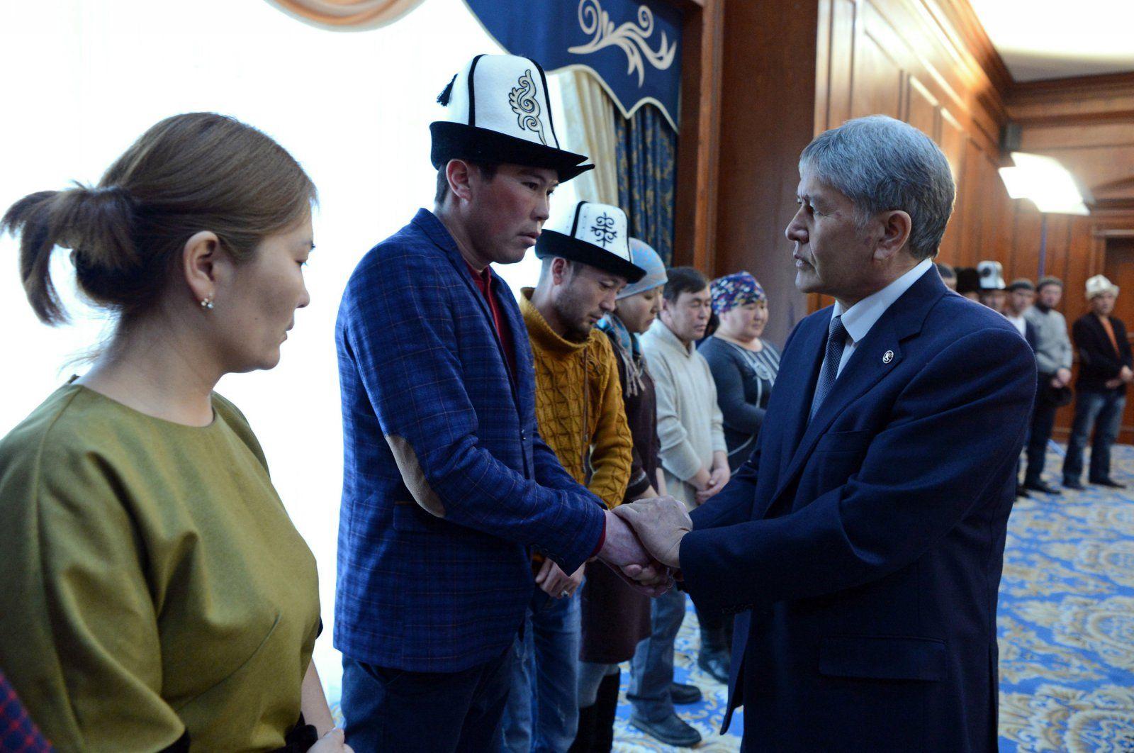 Atambajew mit Angehörigen der Opfer des Flugzeugabsturzes im Januar 2017