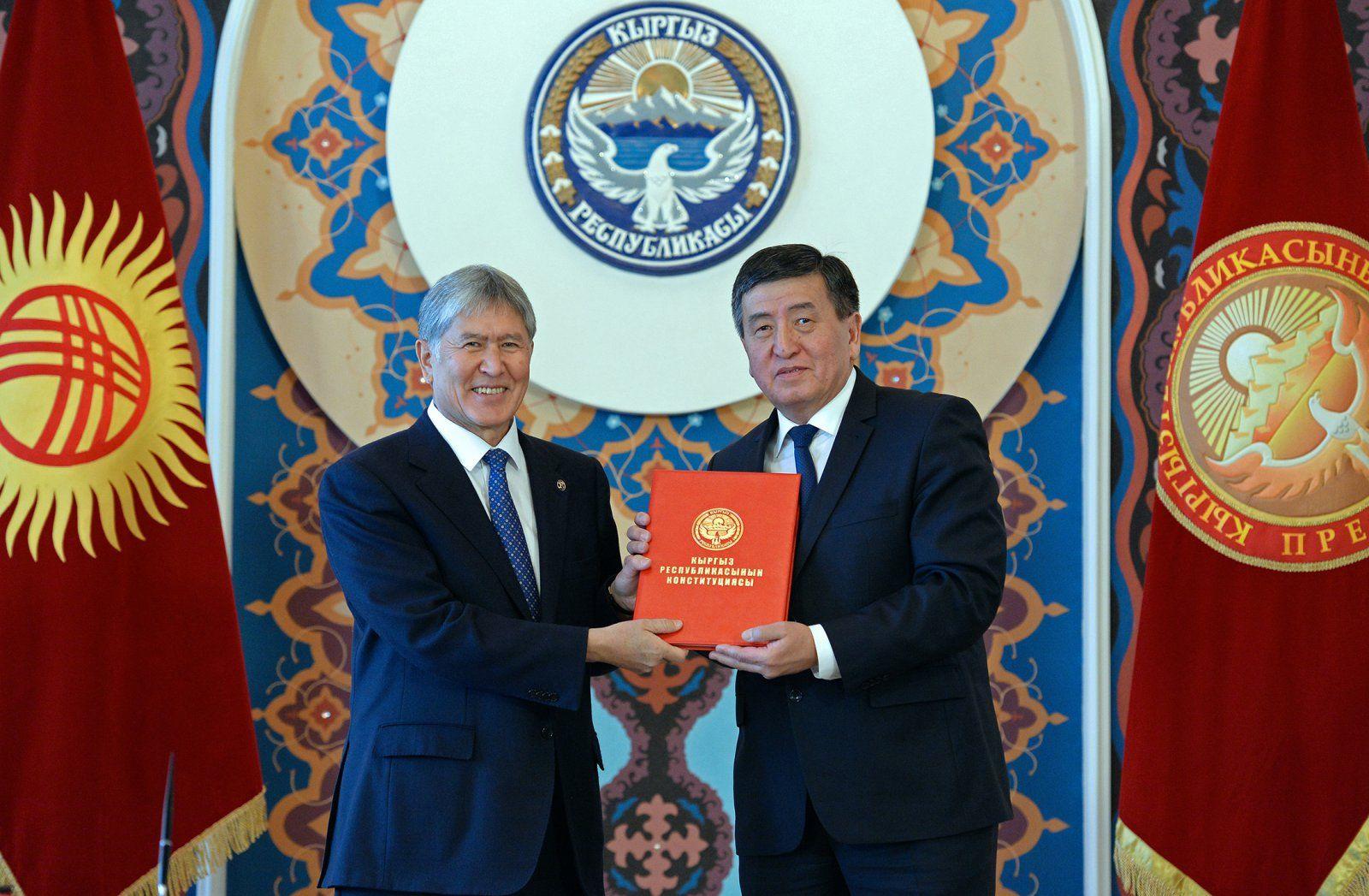 Atambajew und Dscheenbekow mit dem Text der neuen Verfassung