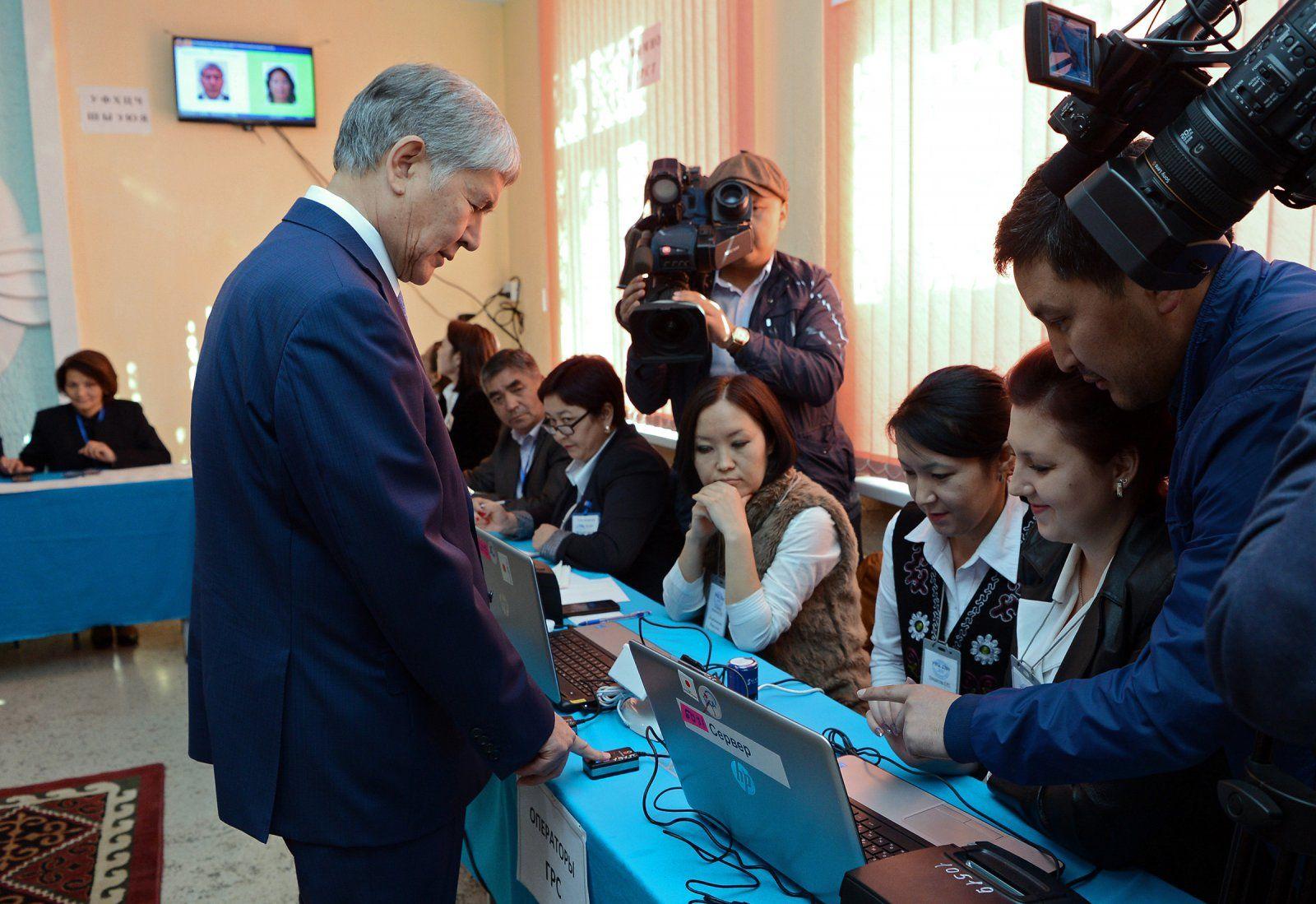 Atambajew gibt bei der Präsidentschaftswahl 2017 seine Stimme ab