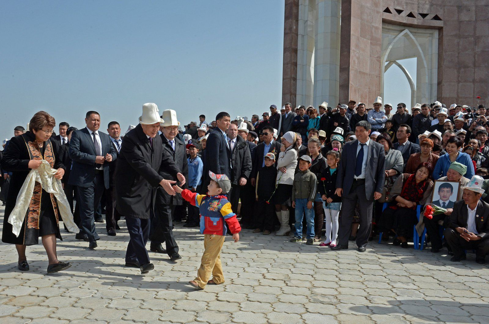 Atambajew bei Ata-Bejit am Jahrestag der Revolution von 2010