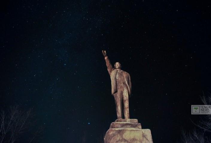 Lenin Statue in Kalatschi bei Nacht