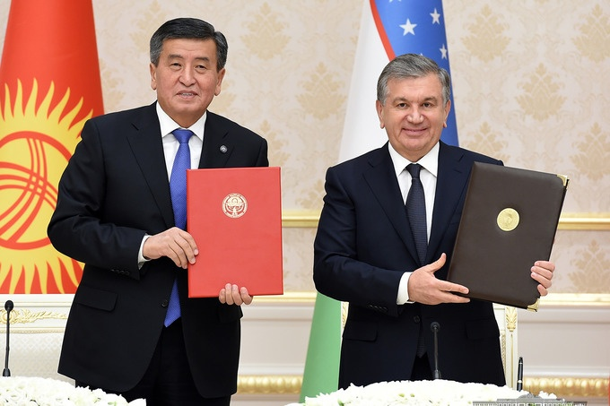 Die Präsidenten Sooronbaj Dscheenbekow und Schawkat Mirsijojew