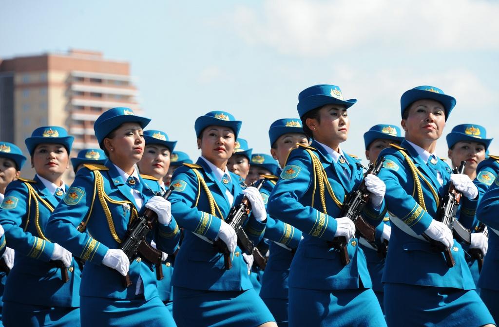 Kasachstan, Frauen, Waffen, Parade