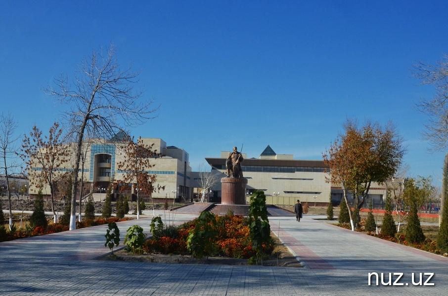 Vor dem Sawitzkij Museum in Nukus