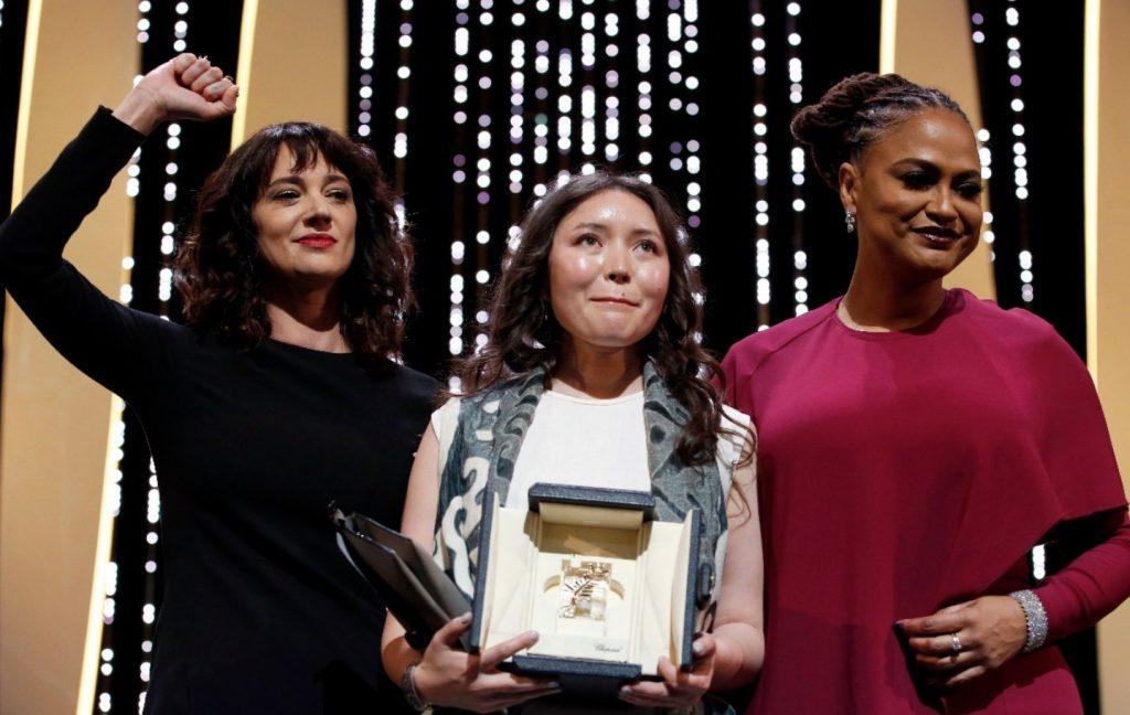 Samal Jesljamowa bei der Preisvergabe in Cannes