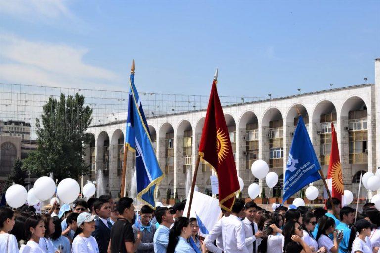 Demonstration gegen Brautraub Flagge