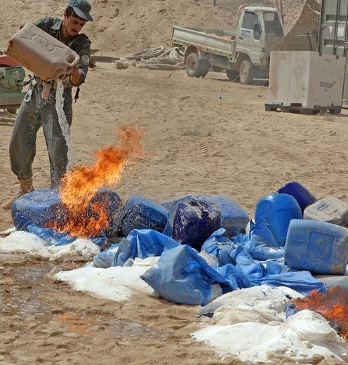 Die Bestände eines Drogenlabors werden verbrannt