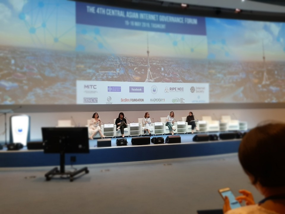 Podium beim IV Zentralasiatischen Forum für Internet-management in Taschkent