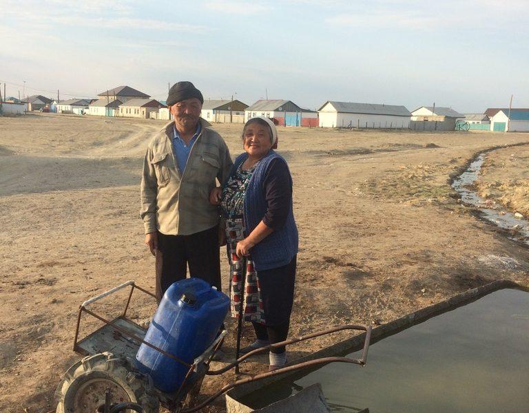 Der Weg zu Frischwasser kann am Aralsee oft eine lange Strecke bedeuten