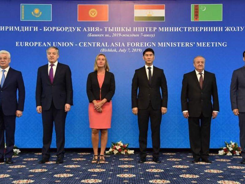 Gruppenfoto mit Frederica Mogherini und den zentralasiatischen Außenministern in Bischkek