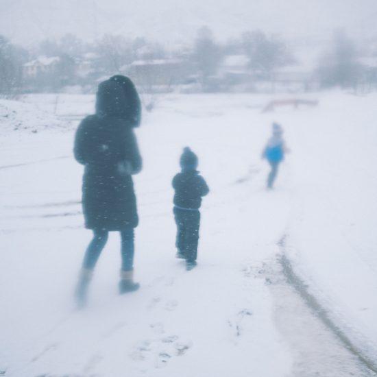 Eine Familie im Winter in Mailuu-Suu