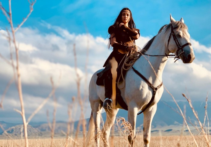 Die SChauspielerin Bibigul Aktan auf einem Pferd