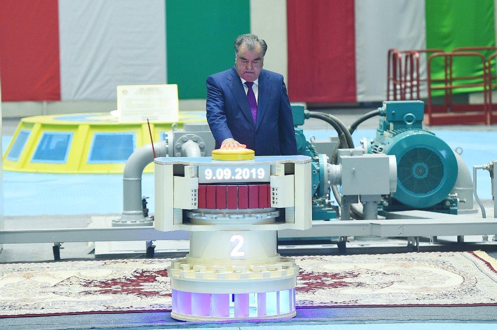 Tadschikistans Präsident Rahmon bei der Einweihung der zweiten Turbine des Rogun-Wasserkraftwerks