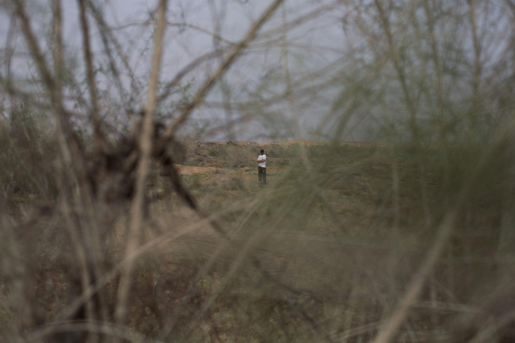 Ein Mann steht im Buschland
