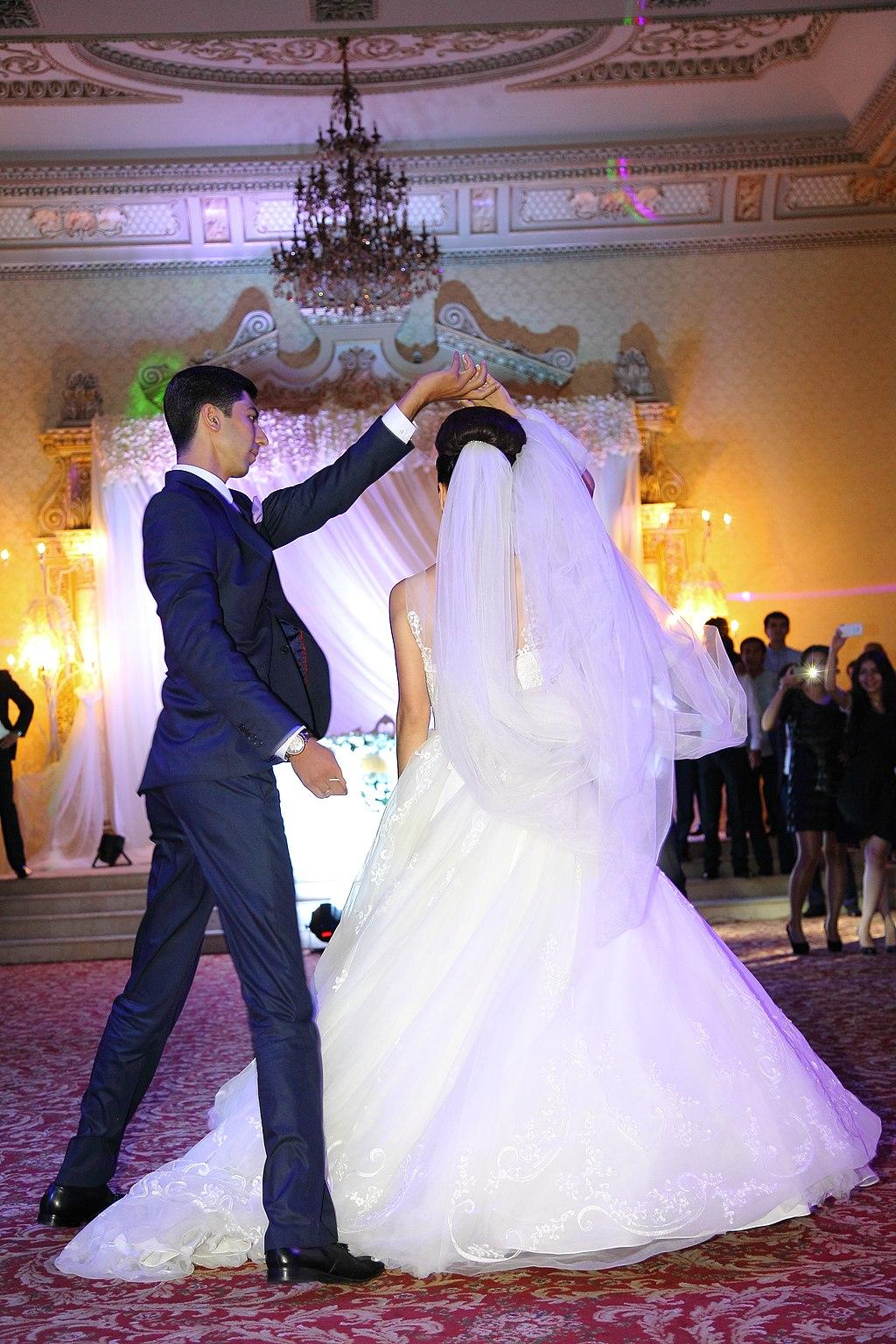 Ein Brautpaar tanzt