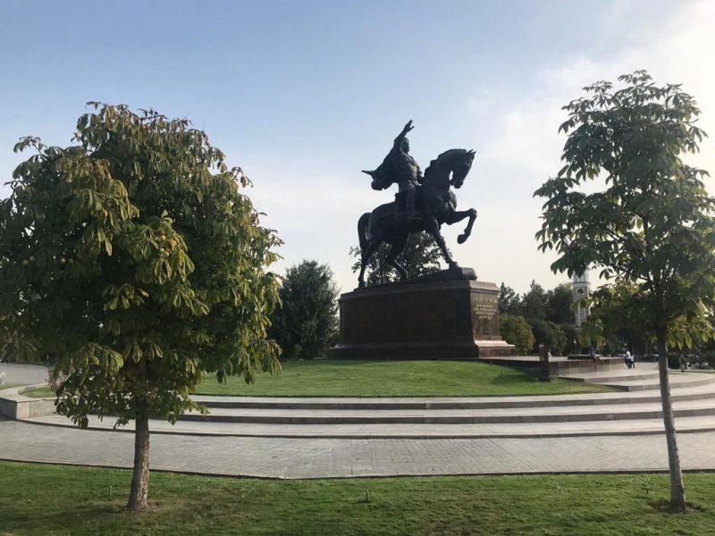 Das Amir-Temur-Denkmal inmitten des nach Ihm benannten Platzes in Usbekistans HauptstadtTaschkent