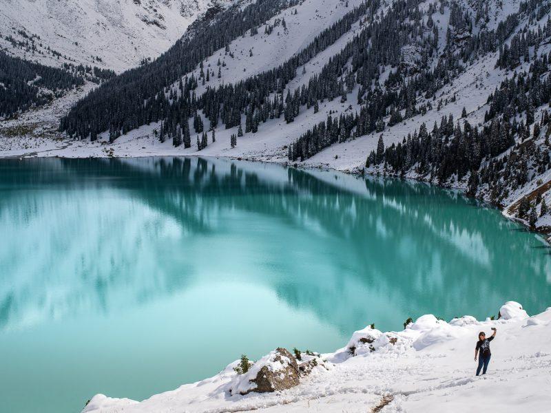 Der große Almaty-see im Winter
