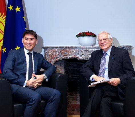 Kirgistans Außenminister Aidarbekow und der neue Hohe Vertreter der EU Josep Borrell bei ihrem Treffen in Brüssel