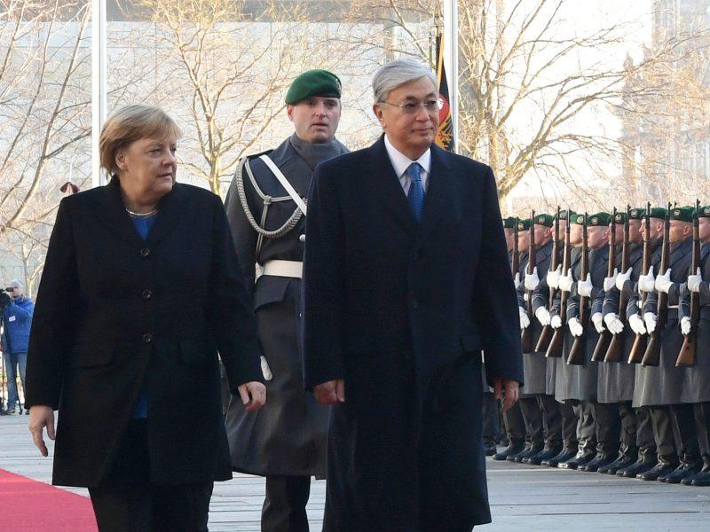 Kassym-Dschomart Tokajew und Angela Merkel