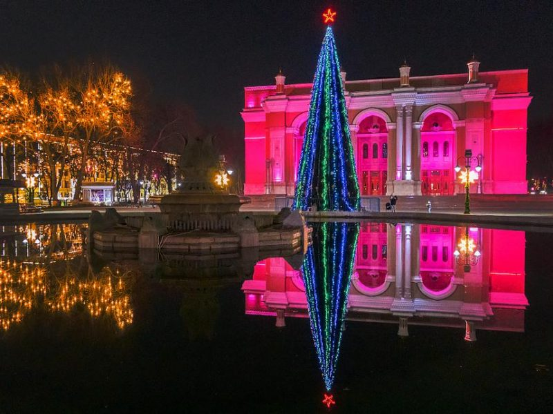 Neujahr Taschkent Usbekistan Alisher-Navoiy-Theater Weihnachtsbaum