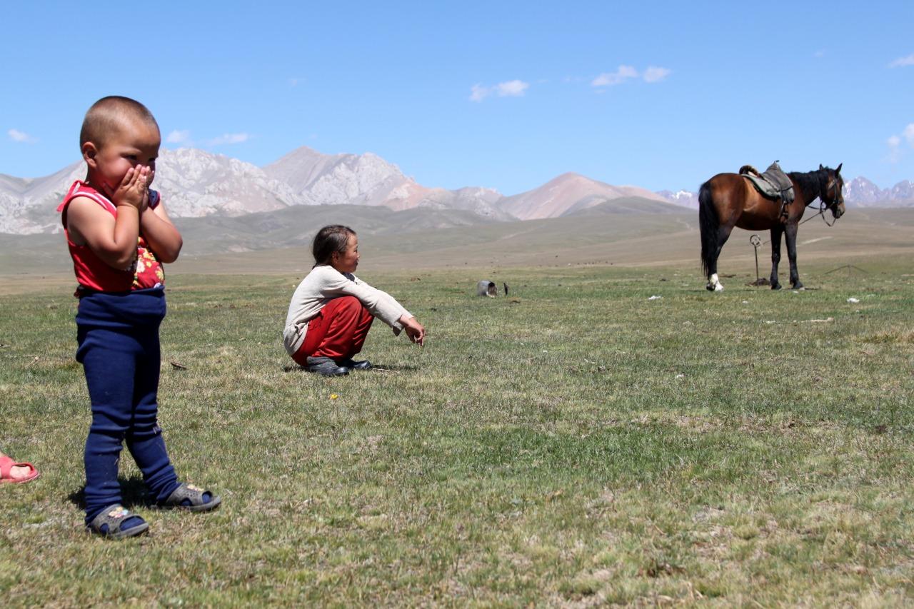 Kinder auf einem Hochplateau in Kirgistan