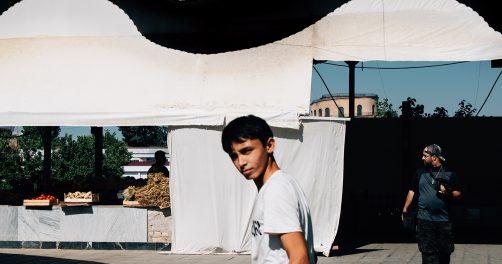 ein Junge auf einem Markt