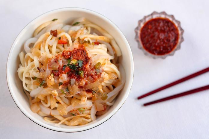 Ashlyam Fu - plat Doungane (peuple situé en territoire de l'ancienne Union soviétique, de langue chinoise ou turque et de religion musulmane, originaires du Xinjiang, à l'ouest de la Chine) composé de nouilles, de légumes frais et d'amidon et qui est serv