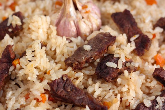 """Un proverbe Ouzbek dit : «Les pauvres mangent un pilaf, les hommes riches ne mangent que du pilaf."""" Le plof est le plat traditionnel de toutes les fêtes centre-asiatiques."""