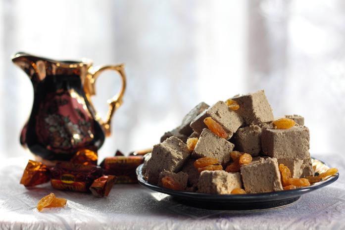 Halva - Dessert oriental, à base de sucre, de noix ou de graines. Cette image représente le type de halva à base sur de graines moulues d'oléagineux.