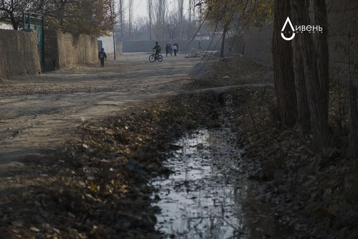 L'eau d'irrigation tombe principalement dans le canal l'été, quand elle est absolument nécessaire. Les villages limitrophes ont d'autres sources aqueuses : à Kara-Bak, l'eau vient du même réservoir de Tortgoulsky