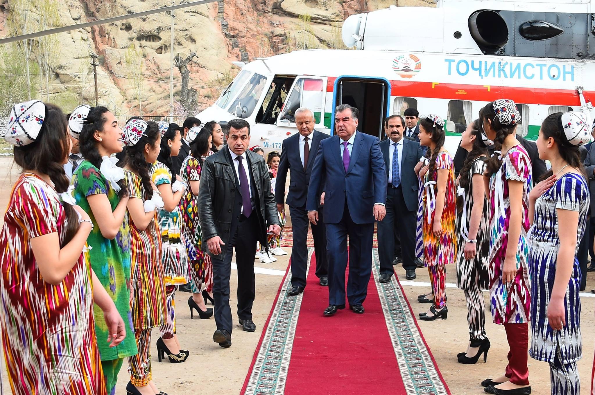 Le président du Tadjikistan, Emomali Rahmon, sortant de son hélicopter.