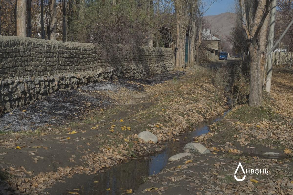 Kok-Tach est empêtré dans un réseau de canaux dont l'eau provient du réservoir de Tortgoulsky