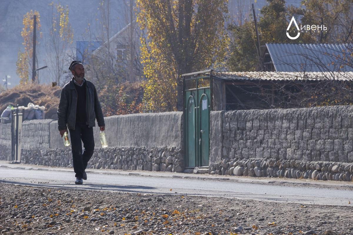 L'eau du réservoir approvisionne à la fois les populations kirghize et tadjike du village