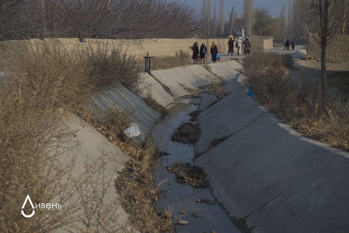 Passant par le territoire kirghiz, l'eau du canal poursuit sa trajectoire vers le Tadjikistan