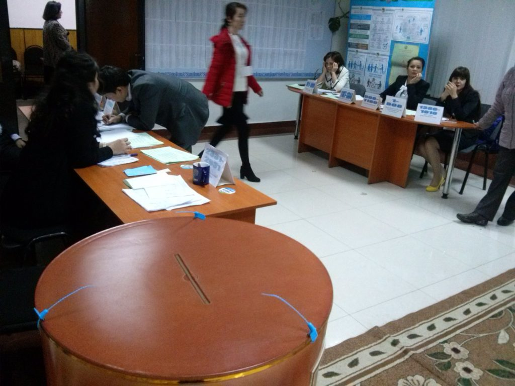Un bureau de vote à Tachkent, Ouzbékistan.