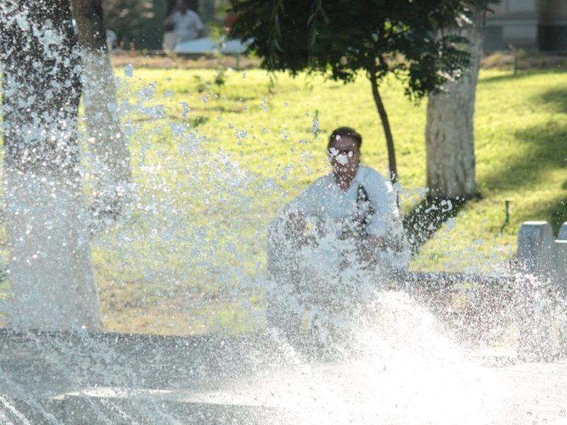Un homme regarde une fontaine, à Tachkent, Ouzbékistan