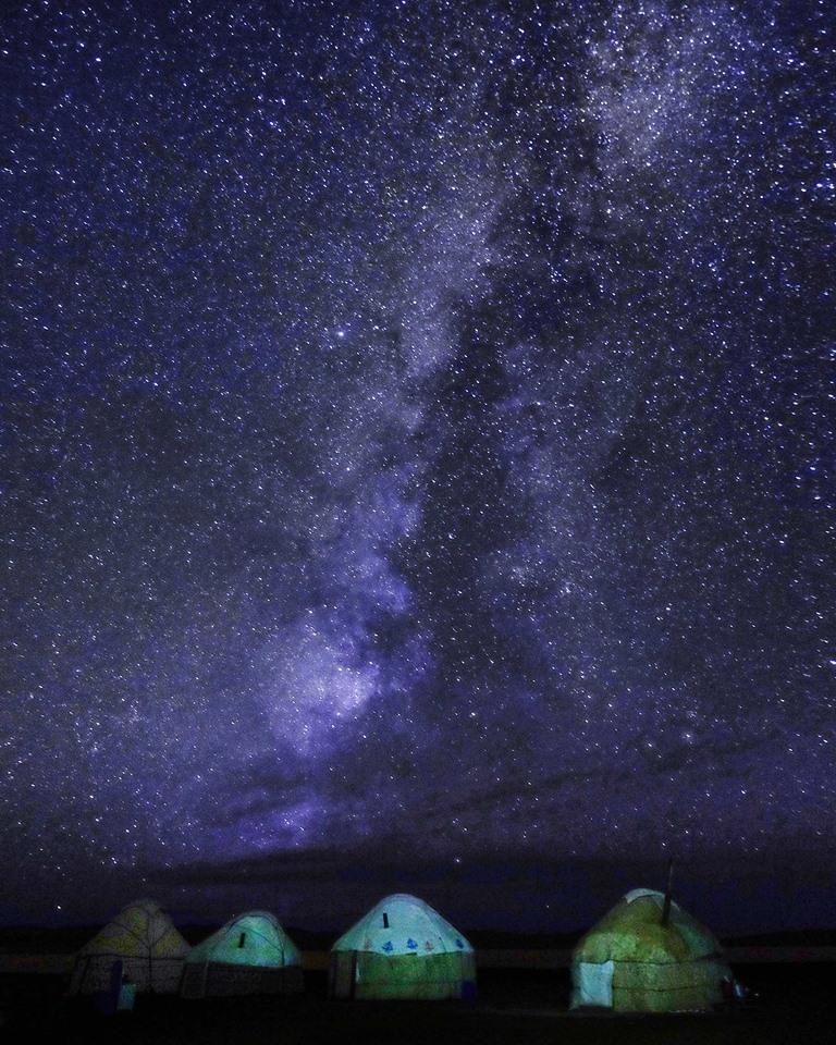 Alors qu'hommes et bêtes dorment paisiblement, instant volé à la nuit kirghize, de cette voie lactée qui s'étend au-dessus du campement et bien au-delà